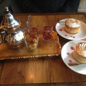 thé à la menthe fraiche et desserts